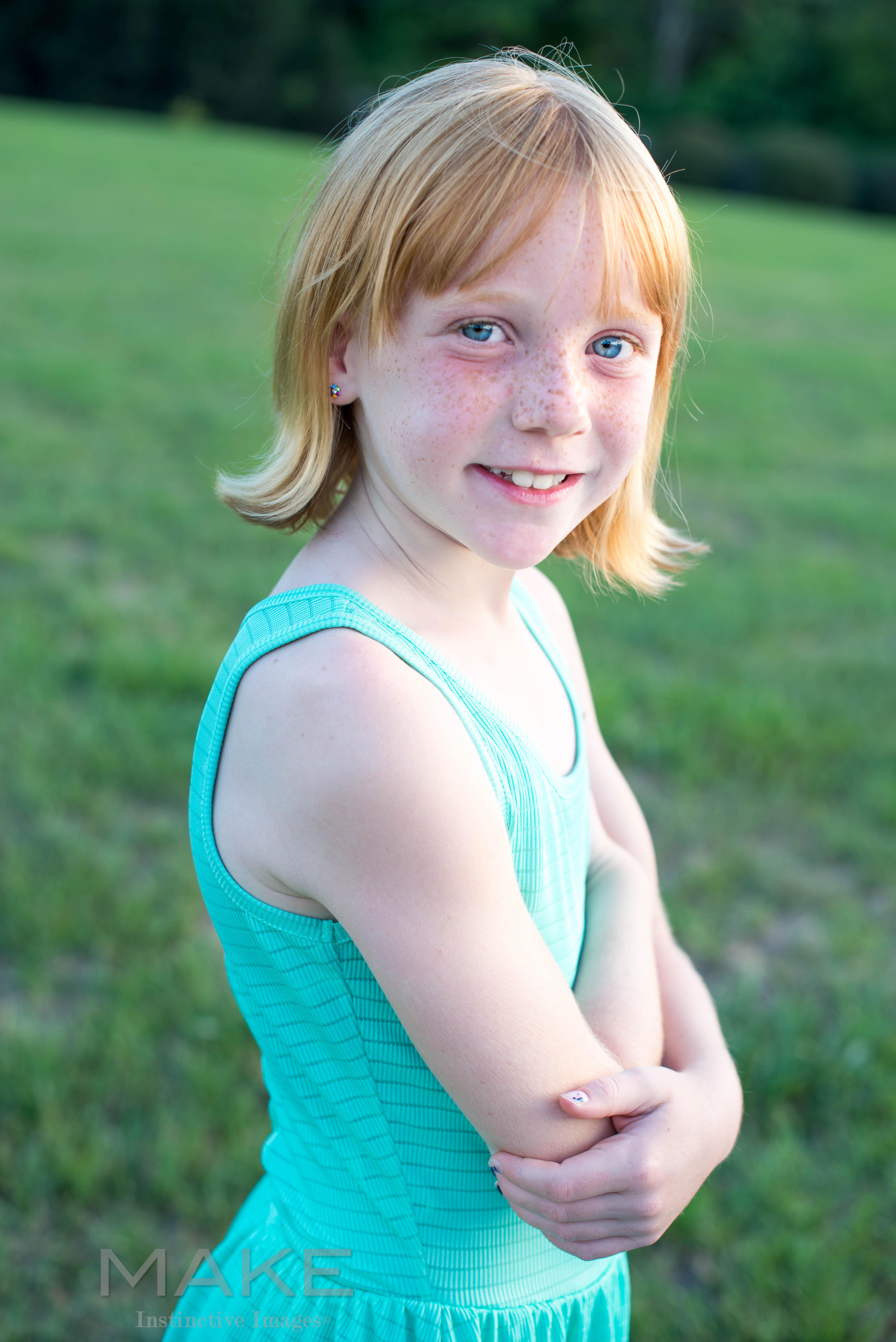 Portrait-of-a-girl-outside-in-a-field